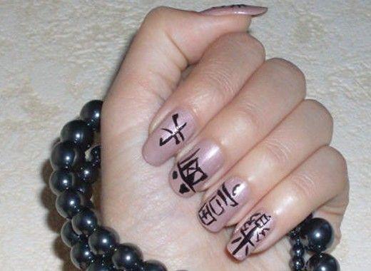 Маникюр с иероглифами