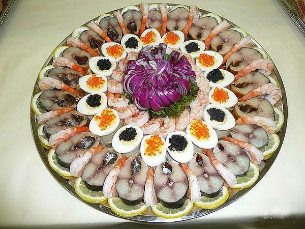 А можно использовать и разные виды морепродуктов – рыбу, икру и креветки.