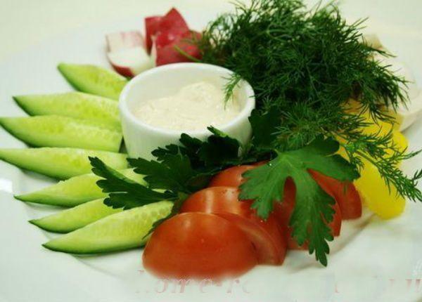 Нарезка из овощей обычно состоит из огурцов, помидоров и сладкого болгарского перца разных цветов. Перец можно нарезать соломкой, свежие огурцы - тоненькими пластинками, помидоры - четвертинками или кружочками. Украсить можно традиционно – зеленью, листьями салата и маслинами.