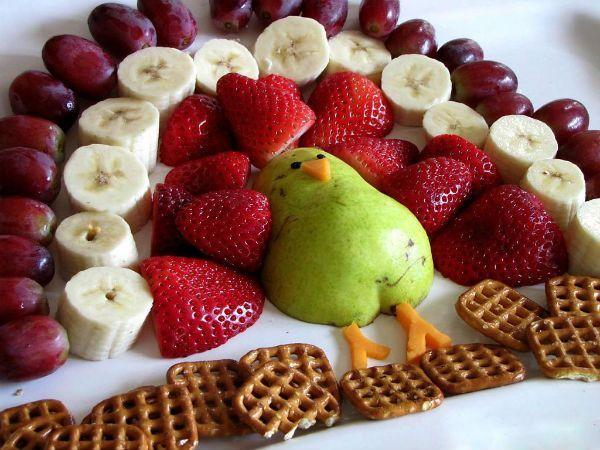 Дополнительно для украшения фрукты можно посыпать сахарной пудрой, добавить шоколад или листики мяты. А можно и создать такое чудо.