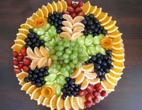 Ну какое застолье без фруктовой нарезки? Фрукты всегда присутствуют в дополнении к десертам и десертным винам.
