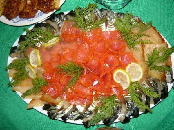 Чтобы рыбная нарезка получилась аппетитной, рекомендуется использовать рыбку разных сортов и цветов: шпроты, слабосоленую семгу, сельдь, скумбрию.