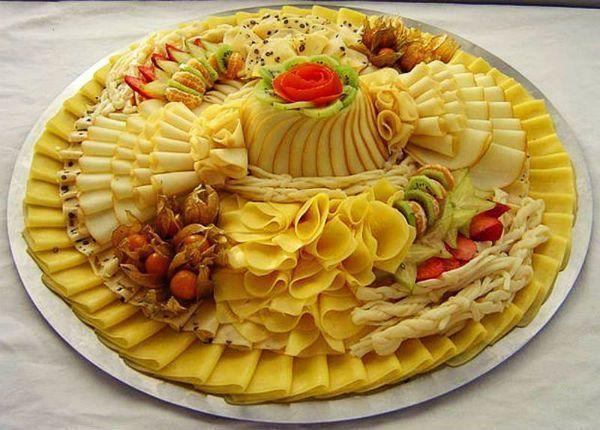 Сырную нарезку можно делать с любым количеством видов сыра – от одного и до бесконечности, смело сочетая  любые его виды. Чем больше видов сыра на тарелке – тем красивее и аппетитнее она будет выглядеть.