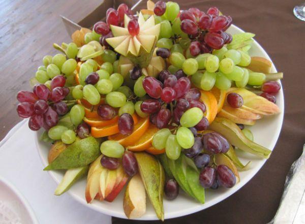Сладкую нарезку можно составить из абсолютно любых фруктов - от простых яблок и бананов до красиво нарезанного ананаса или манго.  Также на блюдо можно выложить небольшие кисточки винограда, желательно разных сортов, клубнику и кубики дыни.