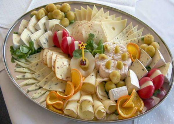 Сыр можно нарезать как угодно – тонкими пластинками, кубиками, кружочками или брусочками.