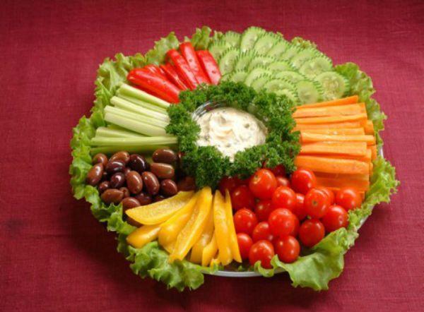 Овощную нарезку можно оформит просто, выложив порезанные овощи и зелень, а в центр тарелки поставить соус.