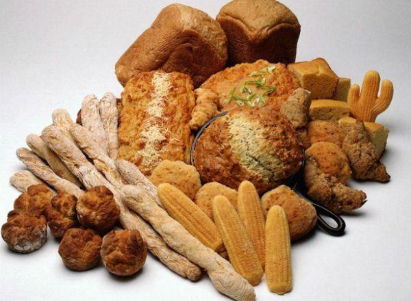 Согласитесь, что обычным нарезанным хлебом уже никого не удивишь, а вот хлебное ассорти станет неожиданностью для гостей. Если поставить на стол корзинку с различными булочками, рогаликами, порционными багетами, лавашем и хлебными палочками, то хлеб не останется без внимания.