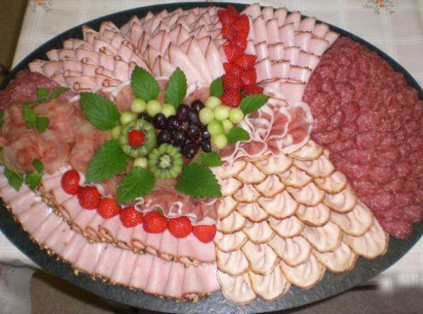 Для оформления мясной нарезки можно использовать вареные, копченные и сырокопченые колбасы, ветчину, карбонат, буженину, грудинку, сало, отварной язык. В общем, все, что есть в вашем распоряжении из мясной продукции.