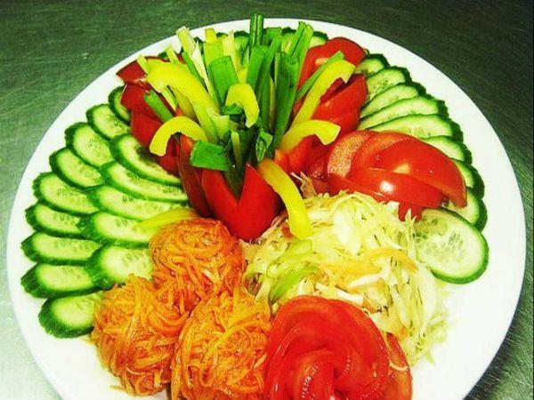 Но стандартный овощной набор можно разнообразить по своему усмотрению и другими овощами – редиской, зеленым горошком, тонкими колечками салатного лука, свежей морковкой, нарезанной соломкой, или морковью по-корейски.
