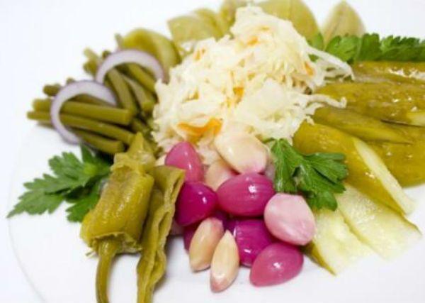 В общем, используйте любые соленья, которые у вас есть в наличии - помидоры, баклажаны, квашеную капусту, перец сладкий и горький, маринованные грибы, лук и чеснок и еще одно блюдо к празднику готово! Осталось только слегка украсить его оливками, маслинами и зеленью.