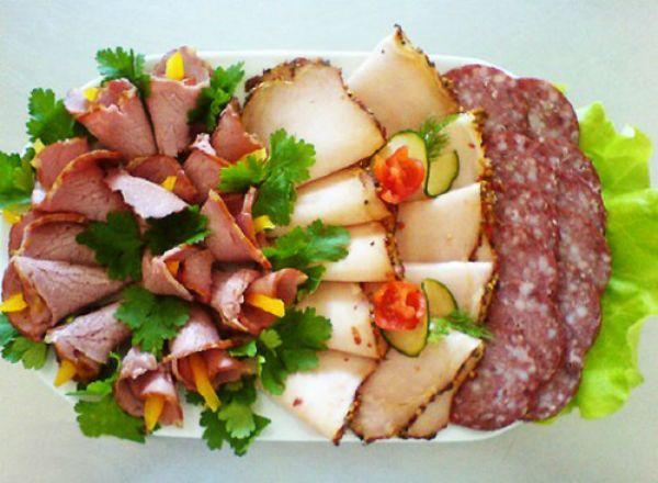 Самый простой вариант украшения мясной нарезки – использовать обилие зелени. Просто тоненько нарежьте разные виды мяса и украсьте любой зеленью. В центр блюда с нарезкой можно поставить кетчуп, горчицу и хрен.