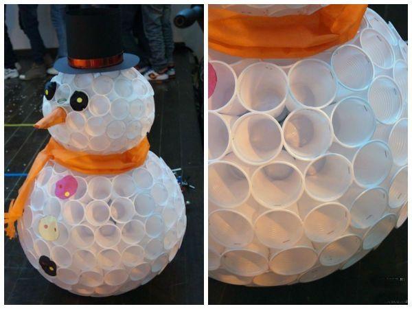 Снеговик, собранный из пластиковых стаканчиков, которые скреплены между собой степлером.