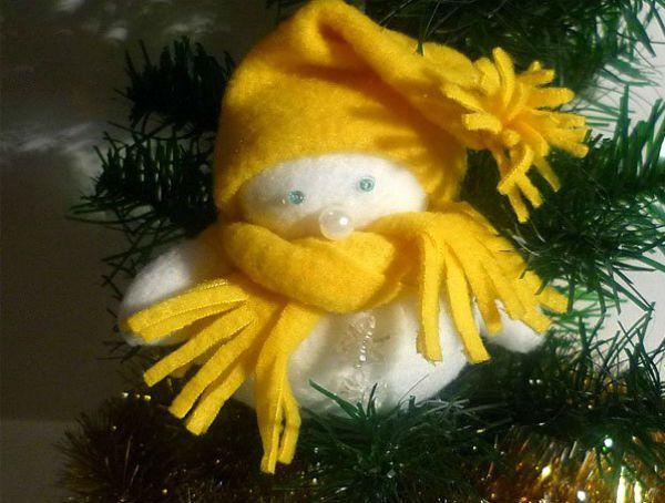 А это чудный малыш сшит из флиса всего двух цветов – белого и желтого.