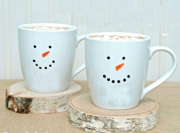 А если у вас дома есть белые чашки, то сейчас самое время взять в руки маркер и сделать им мордашку.