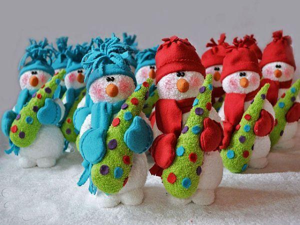 Эта армия снеговиков сделана из махровой ткани. Так что если у вас есть старое белое мохровое полотенце, не спешите его выбрасывать.