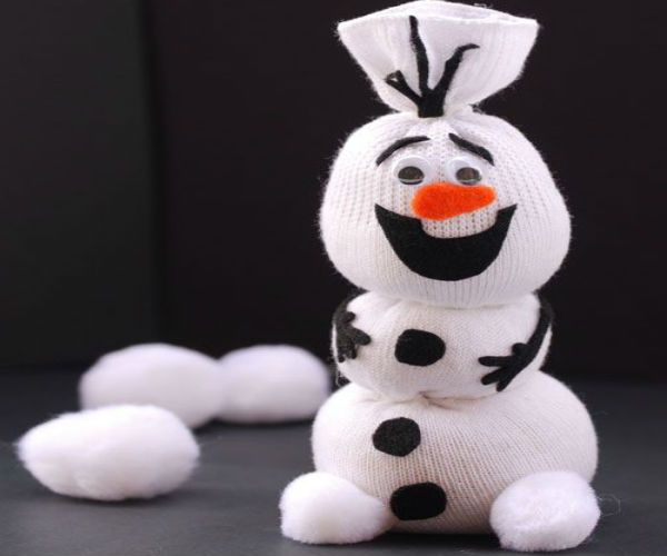 Безумно веселый снеговичок из белого носочка.