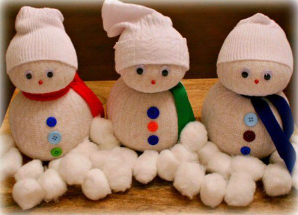 Хотя снеговики из белых носков выглядят не хуже, стоит только добавить немного цветных пуговиц.