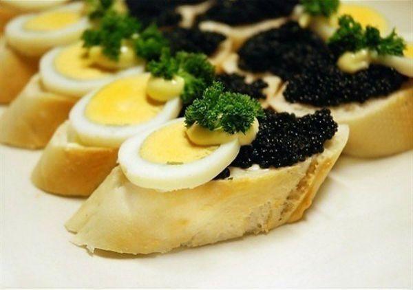 Вот ведь вопрос: а нуждется ли бутерброд с черной икрой в украшении? Но в любом случае, тоненький кружочек яйца, капелька майонеза и зелень явно не помешают.