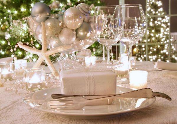 Если стол небольшой и для декора места практически нет, то украшения можно расположить в небольших вазочках или даже бокалах и маленьких рюмочках. Небольшие елочные шары, веточки, сушеные ягоды рябины, стеклянные кристаллы оживят любой новогодний стол.