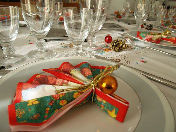 До начала праздничной трапезы тарелки не обязательно оставлять пустыми, в них можно сложить красиво сложенную салфетку.