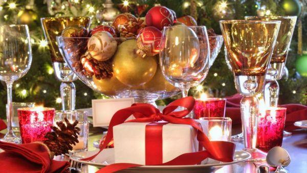 Украшение новогоднего стола, как собственно, и всей квартиры, – особое удовольствие. Для этого вовсе не обязательно покупать какие-то дорогие предметы декора, ведь многое мы можем сделать своими руками: из салфеток или бумаги вырезать снежинки, из фольги – звезды, и даже можем сами смастерить подсвечники.