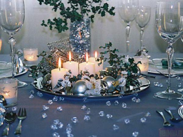 Пока готовится коронное блюдо новогоднего вечера (а это, как правило, гусь, утка или что-то еще, запеченное в духовке, что принято подавать с пылу, с жару), то его место пока что может занять большая тарелка, поднос или ваза со свечами и елочными игрушками. Потом это украшение легко можно переставить.