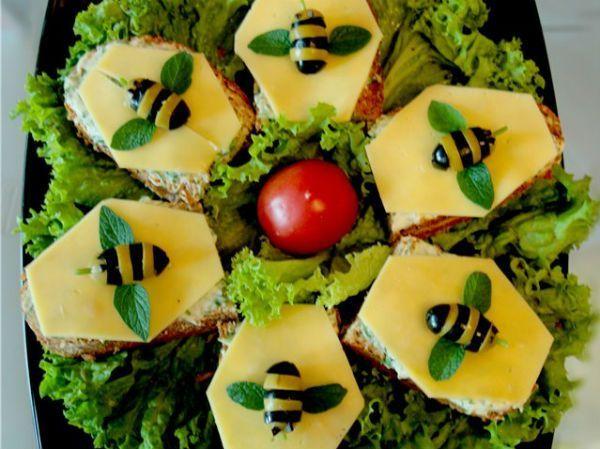 А можно на нашу бутербродную поляну пригласить и пчелок, сделанных из оливок и маслин.