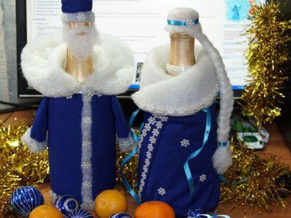 Стоит немного приодеть бутылки шампанского, и чем вам не Дед Мороз и Снегурочка? Правда, ближе к полуночи они исчезнут ;)