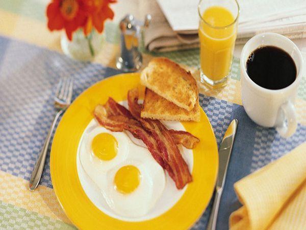 Завтракайте всегда! Даже если вам совсем не хочется или вы очень спешите, все равно, сделайте первый прием пищи в течение часа после пробуждения. Иначе ваш организм, а вместе с ним и метаболизм, будут продолжать спать.