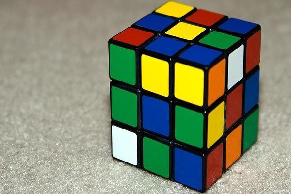 Девочки, вы научились собирать кубик Рубика? Пожалуй, это самая первая логическая игрушка, которая была нам доступна в то время. И честно говоря, в детстве я собирала его гораздо быстрее, чем сейчас.