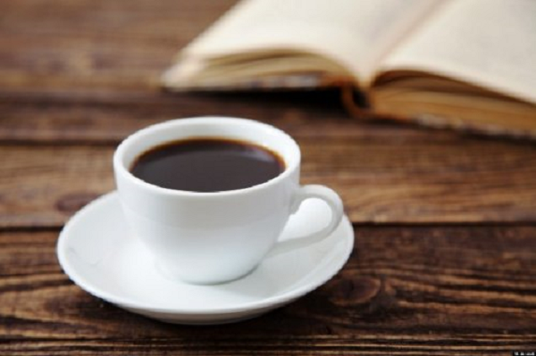 Оноре де Бальзак в течение дня выпивал 20 чашек кофе. На закате жизни писатель жаловался на свое здоровье, а многочисленные недуги списывал на любимый напиток. По слухам, соотечественник Бальзака, Вольтер, мог выпить 50 чашек кофе за день.