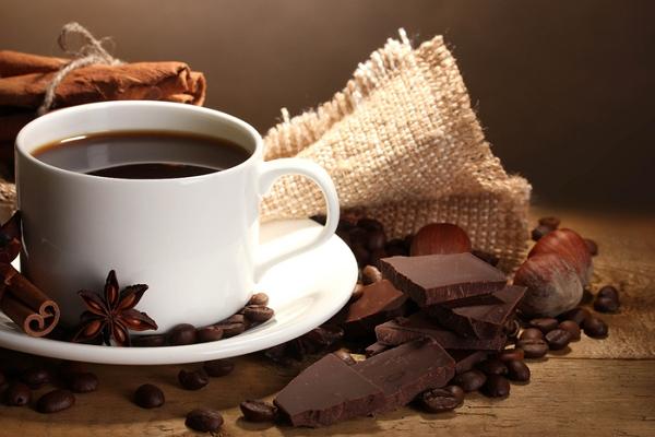 В средней шоколадке 30 мг кофеина, в чашке кофе — 100−150 мг.
