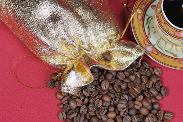 """Почему в русском языке кофе получил мужской род, несмотря на окончание «-е»? Предполагается, что это связано с тем, что в других языках, например, немецком и голландском кофе мужского рода, а также потому, что раньше кофе называли """"кофей""""."""