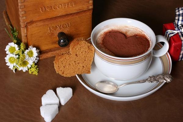 Одна чашка кофе содержит 11% суточной рекомендованной дозы рибофлавина (витамина В2), 6% пантотеновой кислоты (витамин В5), 3% марганца и калия и 2% магния.