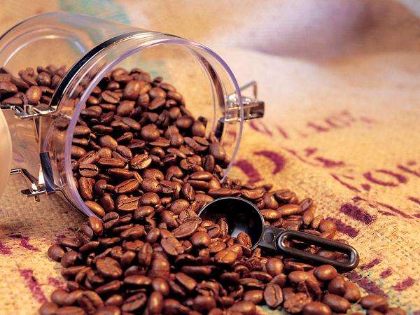Кофе без добавок является напитком, практически не содержащим калорий. Согласно базе данных продуктов питания USDA - чашка кофе на 225 граммов (сваренного из зёрен) содержит всего 2 калории. Эти калории обусловлены незначительным количеством белка и некоторых мононенасыщенных масел.