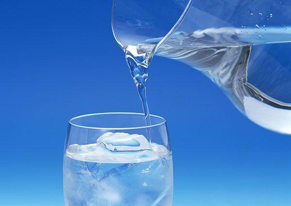 Вода - один из главных участников процесса обмена веществ в нашем организме. Вода подавляет аппетит и помогает вовлекать в обмен веществ отложенные жиры. Ее недостаток может заметно замедлить метаболизм, потому что главной задачей печени в таком случае будет восстановить запасы жидкости в организме, а не сжигать жиры.