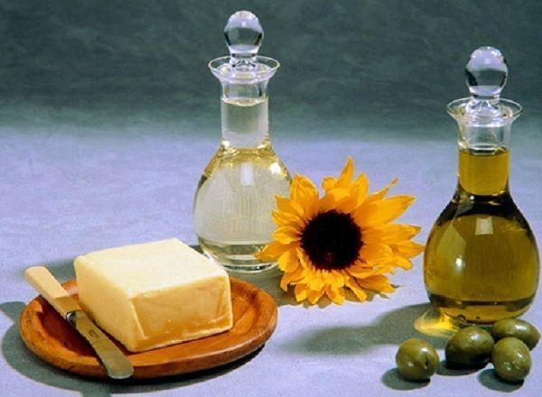 Миф №13: от сливочного масла толстеют, а от растительного - нет. Факт: калорийность растительного масла превышает калорийность сливочного. Если в сливочном масле есть немного воды и белков, то растительное представляет собой «чистый» жир. Поэтому поправиться можно от любой разновидности масла.