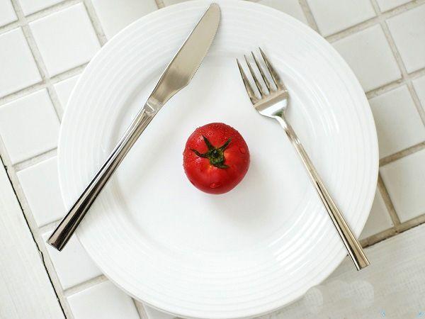 Миф №1: чем строже диета, тем более она эффективна. Факт: организм знает как вести себя в таких ситуациях – он возьмет и сократит расход энергии в ответ на снижение калорийности. Обмен веществ замедлится, и в итоге мучения не принесут результата.