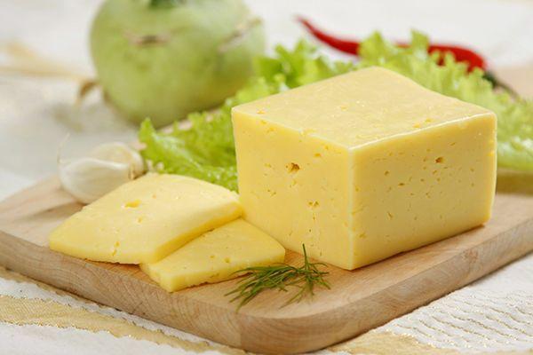 1. Сыр. Если вы любите добавлять в блюда тёртый сыр, можно купить большой кусок твердого сыра, нашинковать его и положить в морозилку в специальных пакетах для заморозки. Он может храниться в морозилке несколько месяцев, и во время приготовления достаточно будет открыть контейнер или мешок для заморозки и достать пару чайных ложек сыра.