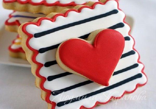 Полосатое печенье с сердцем.