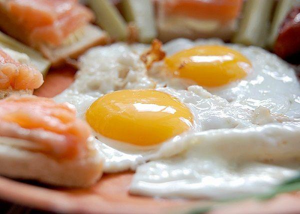 По утрам прием пищи должен быть плотным, ведь он дает организму запас энергии на весь день. Также, чем больше калорий будет съедено утром, тем меньше впоследствии будет желание перекусить вредной пищей.