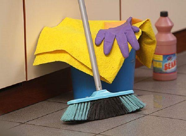 Уборка всегда пойдет в пользу, ведь за 1 час мытья полов сжигается около 200 ккал, ручная стирка отнимает столько же, а разборка вещей в шкафу – порядка 150 ккал. Кстати, генеральная уборка – отличная альтернатива по выходным для тех, у кого нет времени на фитнес клуб. И полезно для фигуры и чисто в квартире!