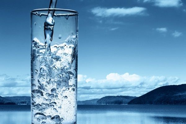 Стакан воды за 20 минут до еды поможет унять сильный голод и даст организму быстрее насытиться даже небольшой порцией. Жидкость заполнит желудок, что защитит от предания.