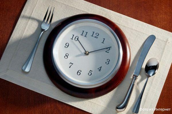 Считается, что прием пищи в одно и то же время помогает избавиться от лишнего веса. Организм легко подстраивается под график, знает, в какое время его будут кормить и не испытывает стресс.