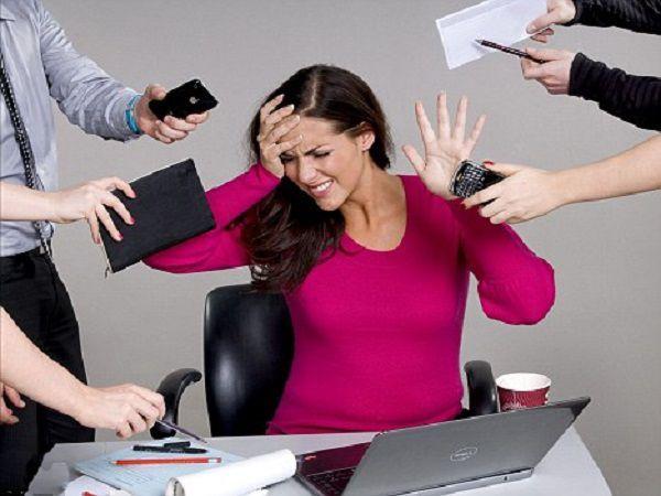 Стресс, пожалуй, такой же враг стройности, как и вредности. Во время переживаний и депрессии в организме в большом количестве вырабатывается гормон кортизон, а его избыток - причина появления лишних см на талии.