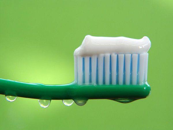 Следует взять за правило после каждого приема пищи чистить зубы зубной пастой или хотя бы освежать полость рта ментоловой жевательной резинкой. Это удалит остатки еды, сделает дыхание свежим, а самое главное – поможет ощутить полную сытость даже после небольшой порции.