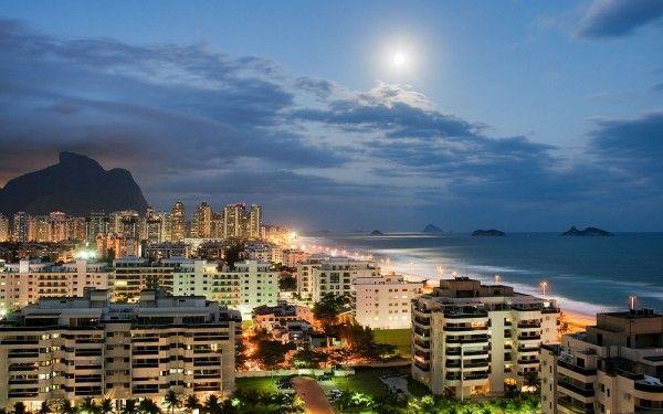 14. Рио-де-Жанейро, Бразилия. Изобилие морепродуктов и удивительных коктейлей; раскидистые пляжи, карнавалы, ночная жизнь и яркая культура делают Рио-де-Жанейро местом, где нужно не отдыхать, а вести бурную жизнь!