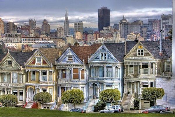 18. Сан-Франциско, США. Город просто завораживает своими многочисленными башенками и великолепными викторианскими постройками, которые идеально сочетаются с солнечным побережьем, летними туманами и крутыми холмами. И хотя Сан-Франциско является истинным американским мегаполисом, своей компактностью и каким-то особенным обаянием он напоминает приморский европейский город, где хочется забыть обо всех проблемах и вдоволь насладиться легкой и непринужденной атмосферой.
