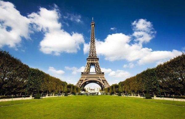 9. Париж, Франция. Хотя Париж не может похвастаться высотными зданиями и многочисленными постройками в стиле хай-тек, но в этом и заключается изюминка этого удивительного города. В центре высится лишь Эйфелева башня - символ Франции. Елисейские поля, Диснейленд, Лувр, каштаны и круассаны с кофе - Париж очень хорош, и поводов побывать здесь множество!