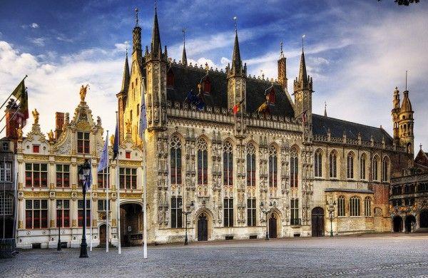 6. Брюгге, Бельгия. Брюгге - город каналов, его еще называют Северная Венеция. Он очень напоминает волшебный городок из сказки. В городе находиться много средневековых зданий, которые похожи на пряничные домики, а по многочисленным каналам спокойно плавают лебеди.